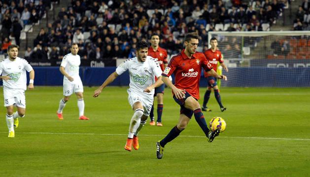Roberto Torres controla un balón en Albacete