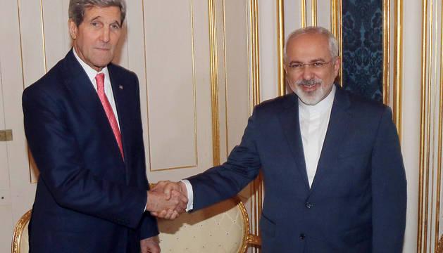 John Kerry y el ministro de Exteriores iraní, Javad Zarif.