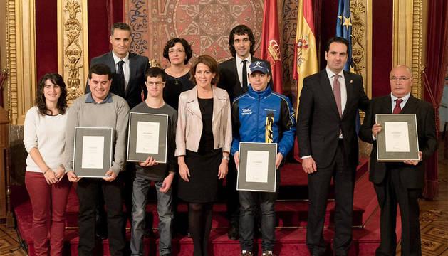 Los premiados, junto a Barcina, Alli e Induráin.