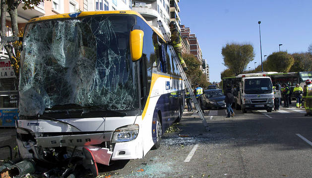 Autobús que se ha salido de la calzada en la Gran Vía de Vigo