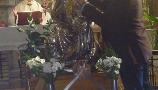 Jesús Henríquez coloca la corona a la patrona y al Niño.