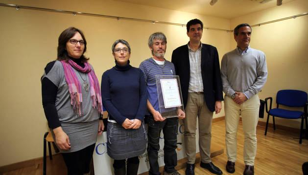 De izda. a dcha., Maite Martiartu, Anika Lujan, Diego Blanco -con el premio-, Luis Casado y Pello Irujo.