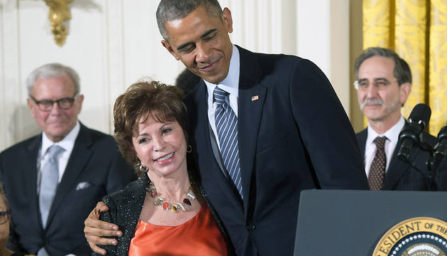 La escritora chilena Isabel Allende recibe la Medalla Presidencial de la Libertad de manos del presidente estadounidense, Barack Obama