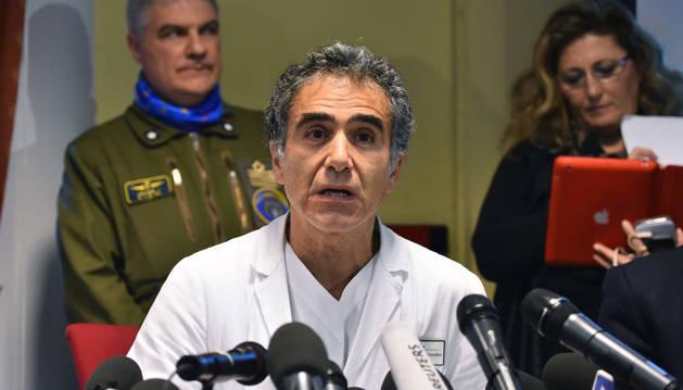 Emmanuele Nicastri atiende al médico italiano