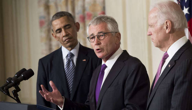 Chuck Hagel presenta su renuncia como secretario de Defensa ante Obama y Biden.