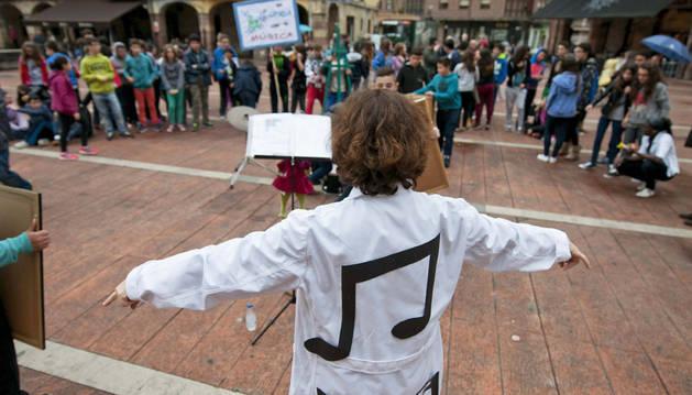 Una profesora y sus alumnos se han manifestado contra los recortes en la materia de Música