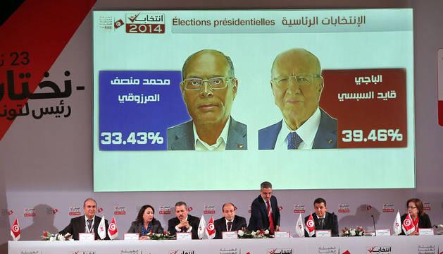 La Comisión electoral de Túnez, durante la publicación de los resultados de la primera vuelta.