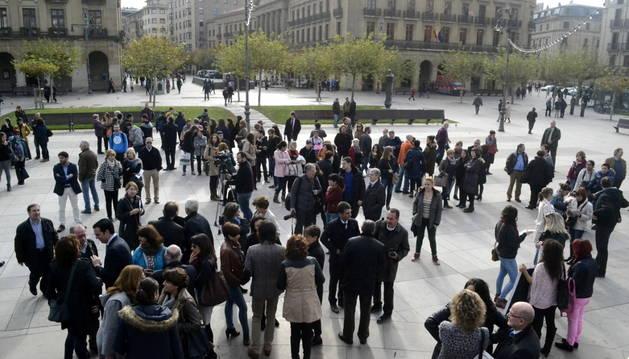Decenas de ciudadanos se han unido a la concentración en la plaza del Castillo.