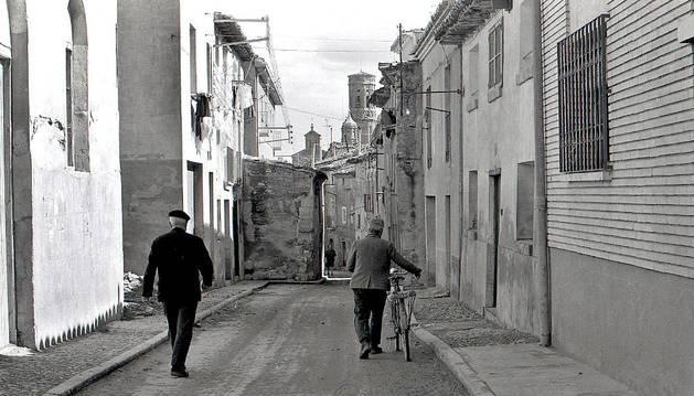 Imagen antigua de la calle Calahorra donde todavía se aprecia la casa que ocupaba la mitad del ancho de la vía.