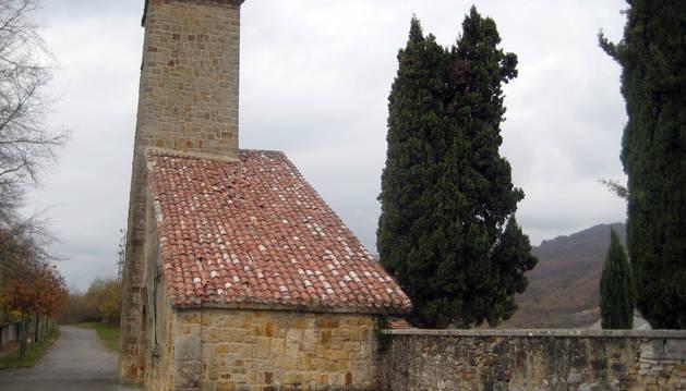 Acceso al cementerio de Olazagutía.