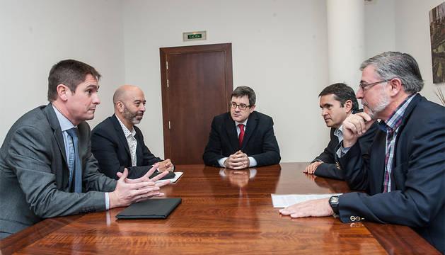 El consejero Iribas, con representantes de Telefónica y el Departamento de Educación.