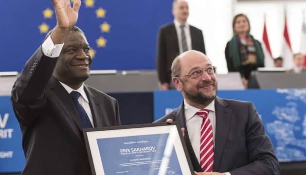 El presidente del Parlamento Europeo, Martin Schulz, entrega el premio Sájarov al ginecólogo congoleño Denis Mukwege