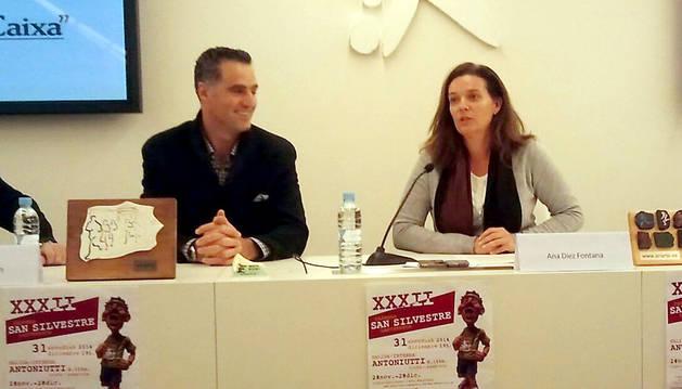 Ana Díez Fontana, directora territorial de la Caixa, y Pruden Induráin, director gerente del INDJ, en la presentación de la San Silvestre.