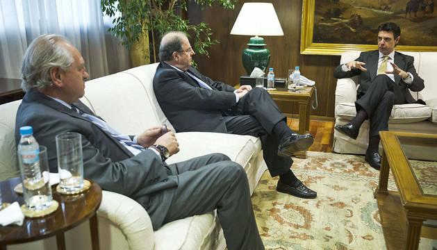 l Soria, durante la reunión con el presidente de Campofrio, Pedro Ballvé (i) y, el presidente de Castilla y León, Juan Vicente Herrera (2i).