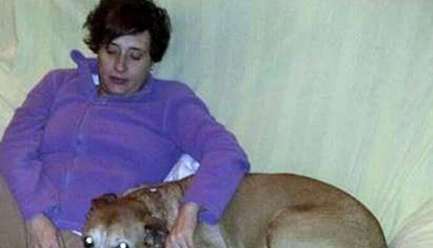 Teresa Romero junto a su perro Excalibur.
