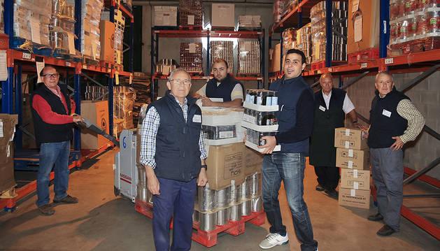 Voluntarios y trabajadores en el Banco de Alimentos organizan los almacenes en los que esperan acumular comida para la gente más necesitada.