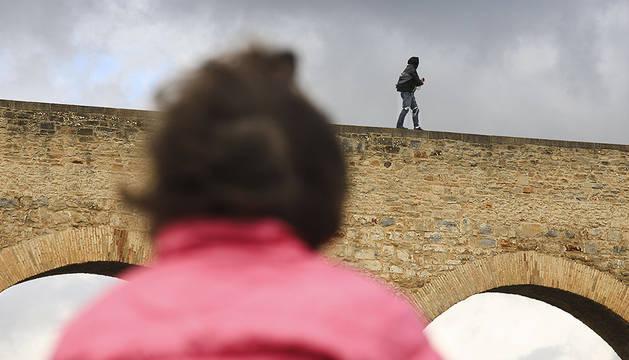 Un mago navarro recorre el acueducto de Noáin encadenado y a ciegas