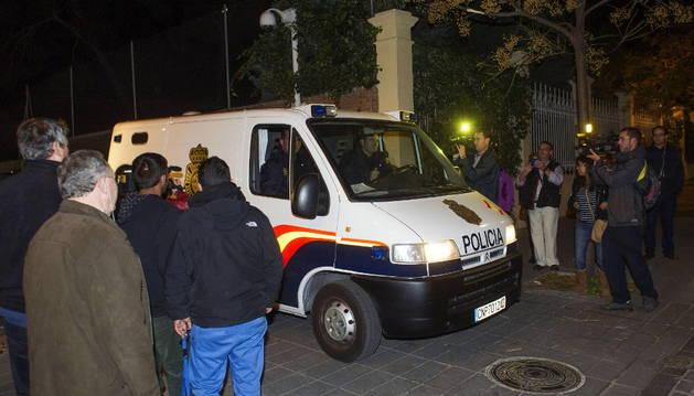 Un furgón abandona los juzgados después de que los detenidos hayan quedado en libertad con cargos