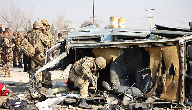 Soldados, inspeccionando el lugar del atentado.