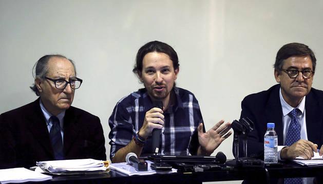 Pablo Iglesias, Vincenç Navarro y Juan Torres, en la presentación del documento