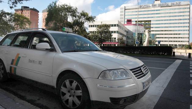 Un taxi, frente a los cines Golem.