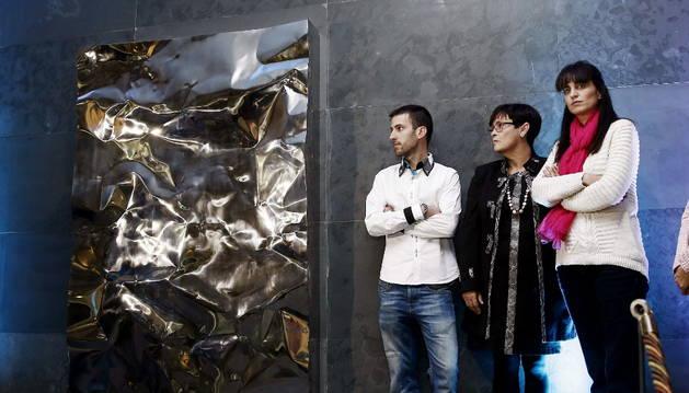Familiares de víctimas mortales de ETA, junto a la escultura inaugurada en el acto