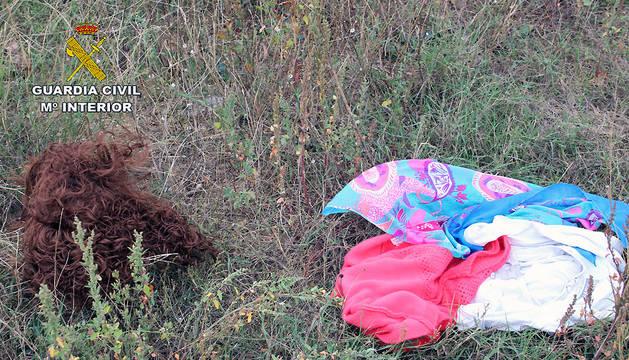 Imagen de las prendas femeninas usadas por el presunto atracador
