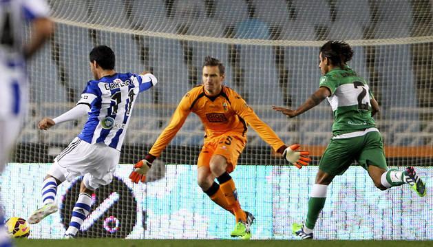 Carlos Vela marca su segundo gol a Tyton sin que llegue Damián Suárez