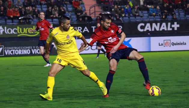 Miguel Flaño disputa la pelota contra el Girona