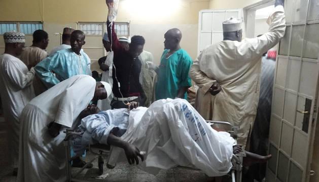 Familiares esperan noticias en el hospital tras el atentado de Kano