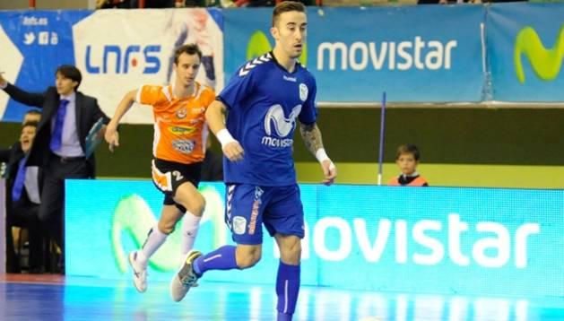 Mario Rivillos avanza con el balón perseguido por David