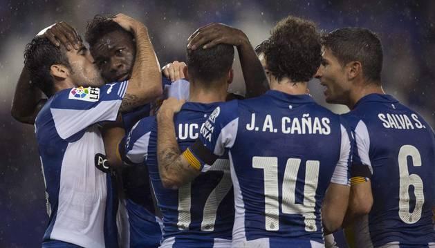 Los jugadores del Espanyol celebran el gol de Caicedo