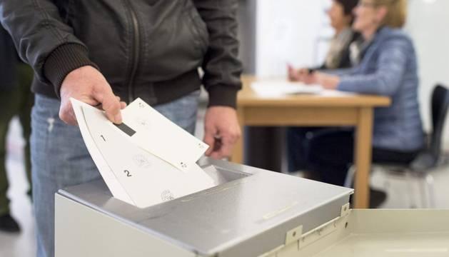 Los suizos votan por segunda vez este 2014 límites a la inmigración