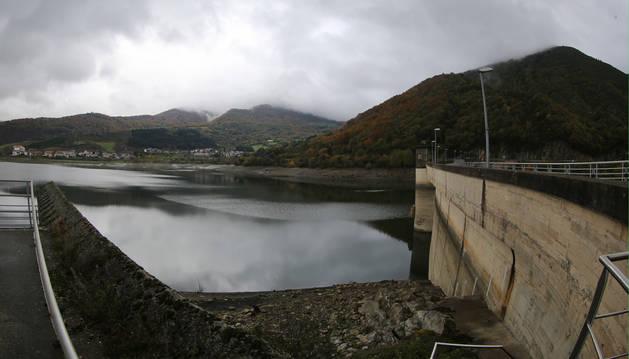 Panorámica del embalse de Eugi, con una reserva de agua que alcanza el 43% de su capacidad