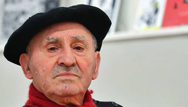 Lucio Urtubia muestra un ejemplar de su autobiografía, 'Mi utopía vivida'