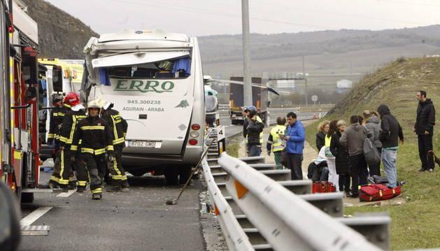 Dieciocho heridos, siete graves, al chocar un camión y un microbús