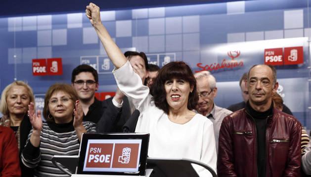 Maite Esporrín (c) celebra que encabezará la lista del PSN a la Alcaldía de Pamplona en las elecciones municipales.