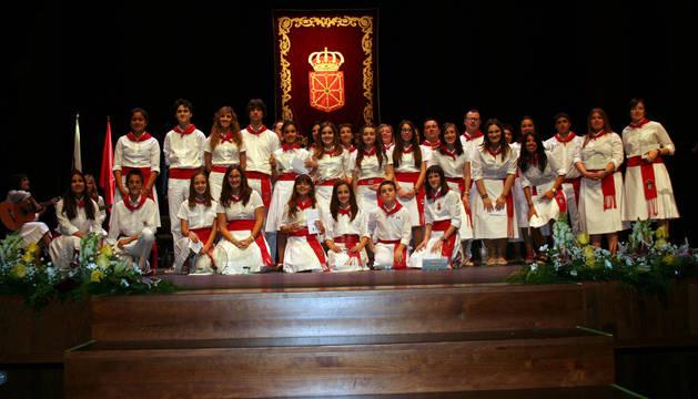 Todos los joteros premiados posaron juntos en el escenario del teatro Gaztambide de Tudela al finalizar el certamen.