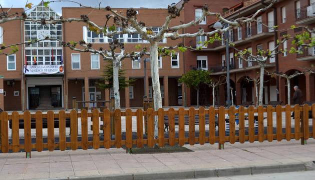 Plaza de San Cosme y San Damián con el ayuntamiento al fondo.