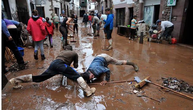 Un grupo de vecinos, en tareas de limpieza de un tramo de la calle Jaime Urrutia.