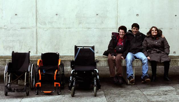 Con esta imagen, Marian Cano, de 45 años, Mikel Bidaurre, de 31 años, y Patricia Iturrioz, de 33, quieren recalcar que la discapacidad se encuentra en la silla y no en la cabeza