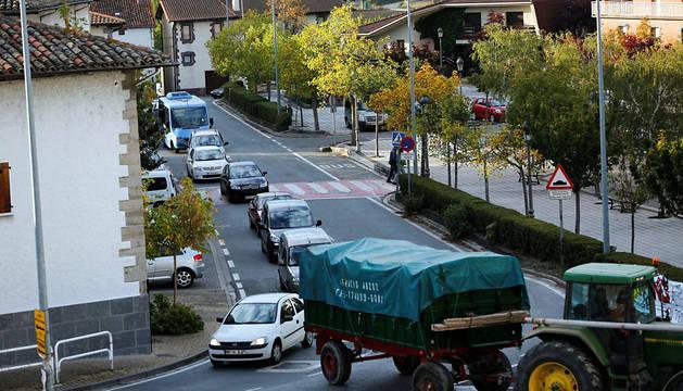 Imagen de una hilera de vehículos atravesando el caso urbano de Ororbia, como ocurre afirman los vecinos casi a diario