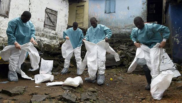 Integrantes de los equipos médicos de la Cruz Roja se preparan para trabajar en Monrovia
