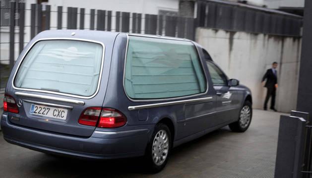 El coche fúnebre con los restos mortales de Francisco Javier Romero Taboada