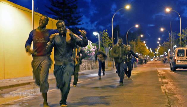 Al menos 30 inmigrantes entran en Melilla tras un nuevo salto a la valla