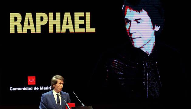 El cantante Raphael, durante su intervención tras recibir la Medalla Internacional de las Artes