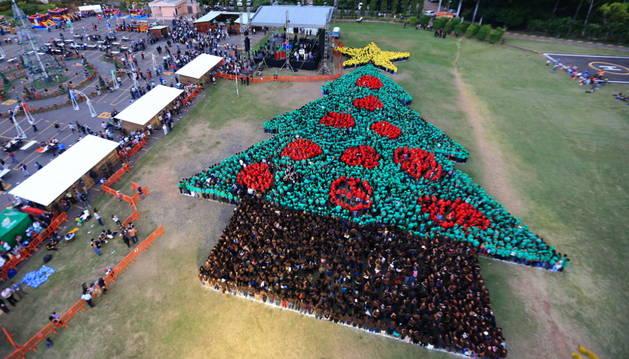 2.945 personas conformaron el árbol navideño humano más grande del mundo