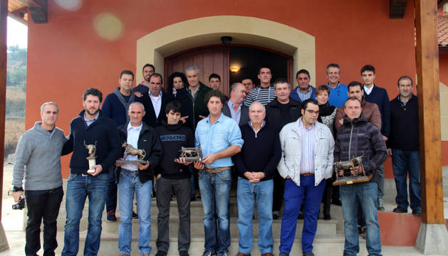Premiados de la feria taurina de Andosilla junto a aficionados en el exterior de las Bodegas Alore.