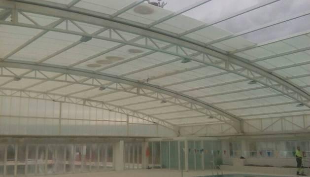 Parte de la cubierta de la piscina se levantó por el aire registrado el viernes en Huarte.