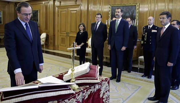 El nuevo ministro de Sanidad, Servicios Sociales e Igualdad, Alfonso Alonso , durante la jura de su cargo ante el Rey